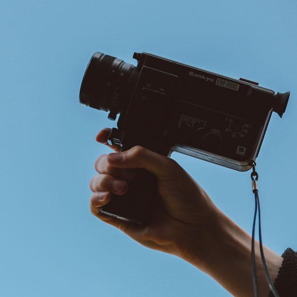 mano agarrando una cámara