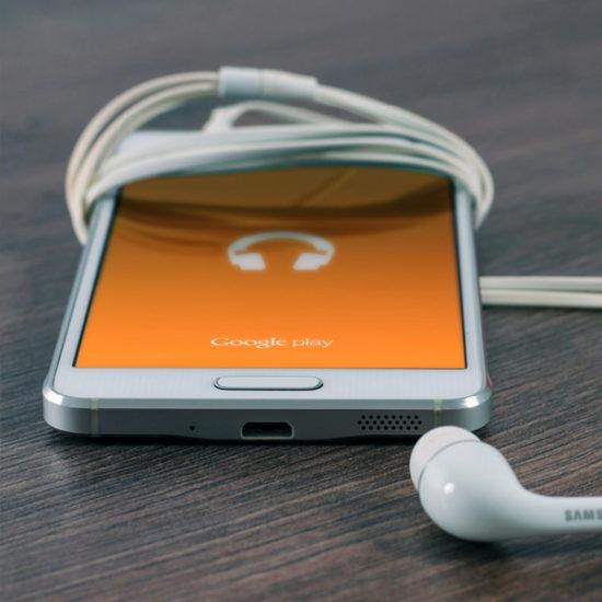 telefono con aplicación podcast encendida