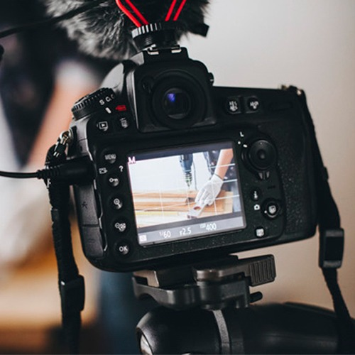 cámara de fotos enfocando una manualidad