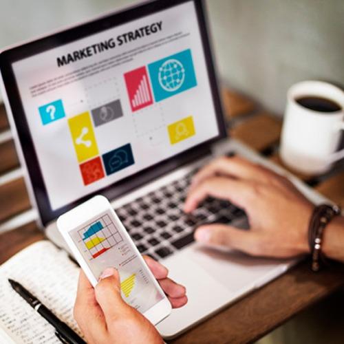 Ordenador y teléfono con estrategias de marketing