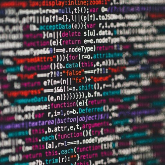 pantalla de ordenador con códigos