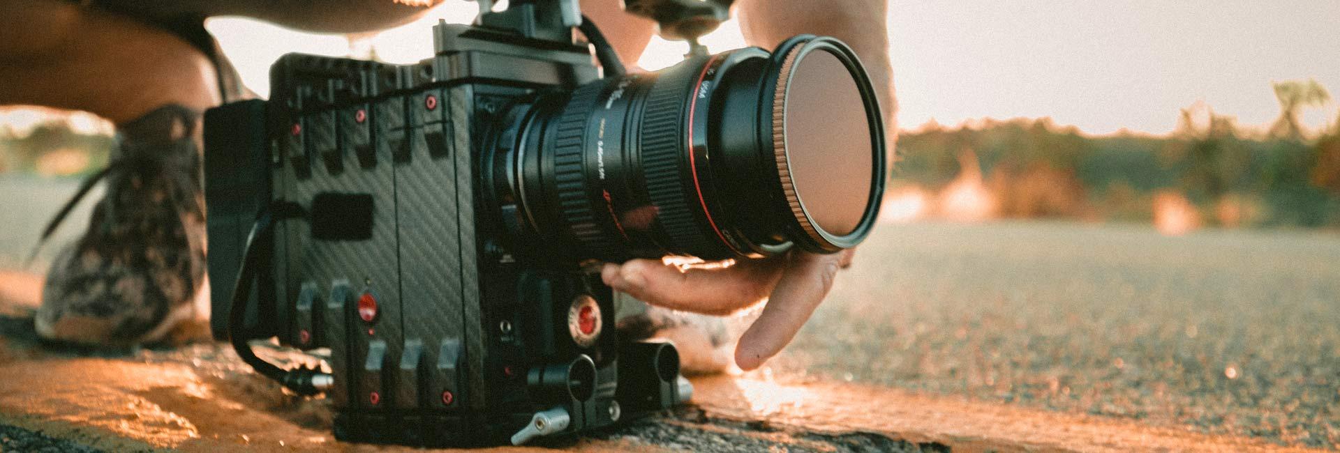 cámara profesional de grabación de videos en el suelo