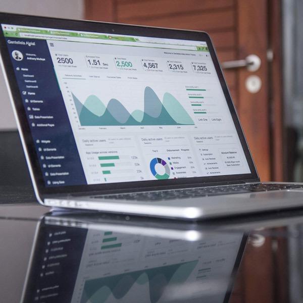 Ordenador portátil con estadísticas en la pantalla